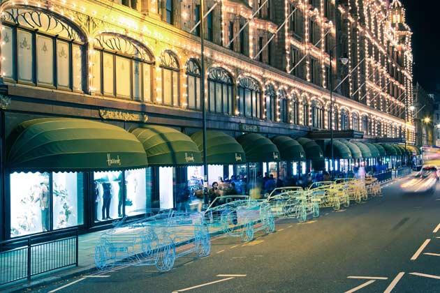 「レンジローバー・イヴォーク・コンバーチブル」実物大のワイヤーモデル展示風景