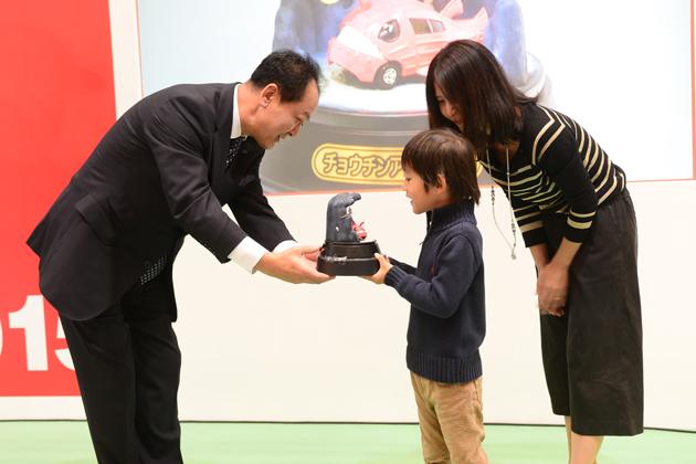 「トミカ未来のくるまお絵描きコンテスト」グランプリ受賞式