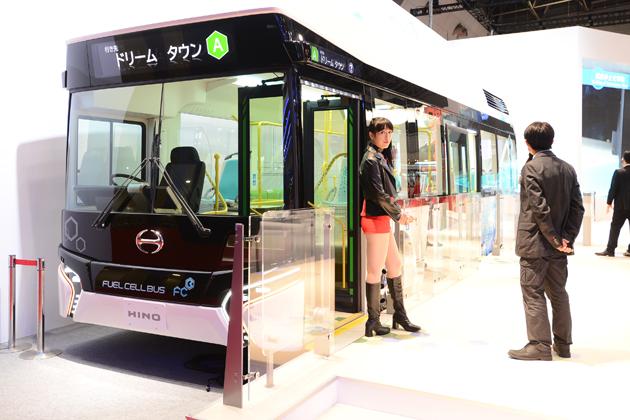 爽やかでクリーンな外観の次世代燃料電池バス、日野自動車「FUEL CELL BUS」【TMS2015】