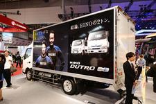 """進化を遂げた「ヒノノ二トン」!続々と登場する日野自動車の""""ハイブリッドトラック""""たち【TMS2015】"""