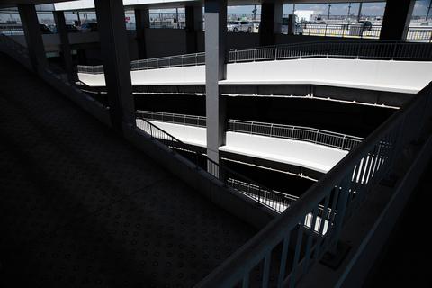 タカノはフライトの前に空港で食事を計画していたが、駐車場の付近にはお店がなかった。リサーチ不足だ