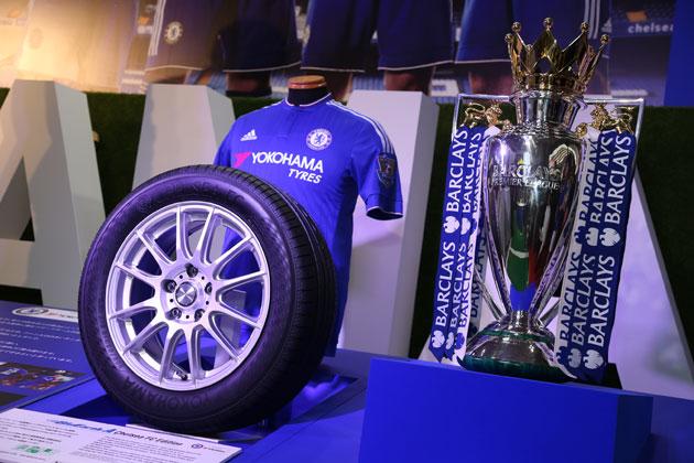 「東京モーターショー2015」で発表・展示されたBluEarth-A Chelsea FC Editionと、ユニフォーム及び2014/15プレミアリーグ優勝トロフィー