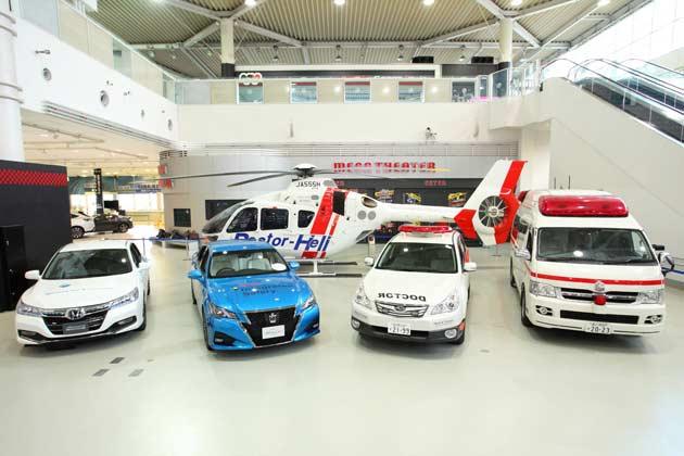 (左から)D-Call Netに対応したホンダ アコードハイブリッド、トヨタ クラウン、ドクターカー、救急車、(後列)ドクターヘリ