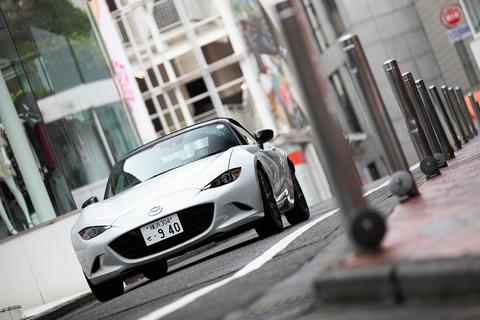 SNSのメッセージで約束した時間に渋谷の街へ行くと、白いNDロードスターが待っていた。これが、はじめて会う「さおり」の愛車だ。
