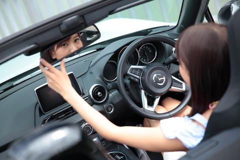 それにしても、ロードスターは美女がよく似合う。「美女が駆るスポーツカーの助手席」は、この世でもっとも贅沢な座席だと思えた。