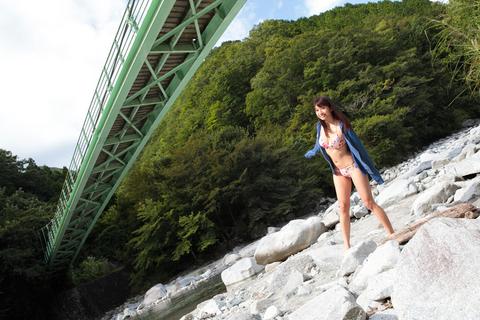 おろおろするタカノを横目に、一人で川遊びをはじめるさおり。ちょっとついて行けないノリだが、大胆なのは嬉しい誤算。