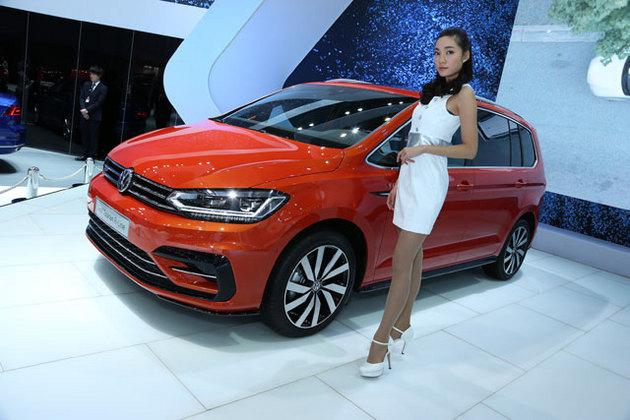 VW 新型トゥーラン Rライン[海外仕様:左ハンドル/5人乗り](画像は東京モーターショー2015)