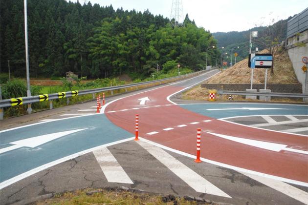 逆走車増加により道路表示や標識を増やし対応している