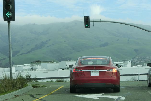 後方にミリ波レーダーがない!?なのにの自動車線変更