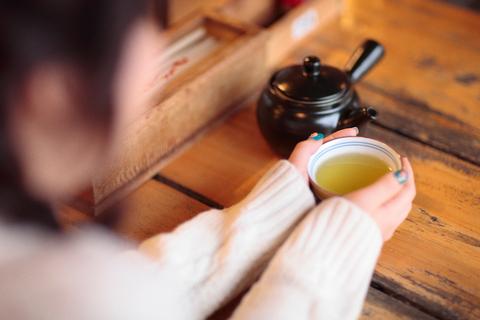 峠の茶屋に入ると、不思議な少女が寒空の中でお茶を飲んでいた。