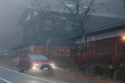 外に出ると、なぜか一面が霧に覆われていた。
