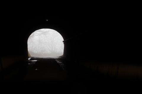 「む?こんなところにトンネルなんてあっただろうか?」以前も通ったはずの帰路が、まるで初めて通るように感じる。霧のせいで迷ったのだろうか。