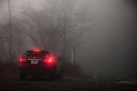 緊張でタカノのステアリング操作はぎこちない。そして、霧はますます深くなっていく。