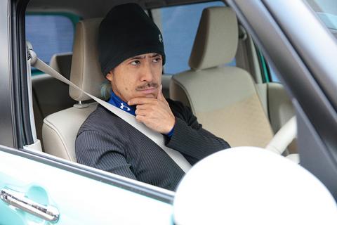 この風貌から、皆さんは私タカノの職業をダンディなイケメン「俳優」もしくは女性にモテモテかつミステリアスな「探偵」などを想像されるかもしれないが、実はお笑い芸人・・・ではなく、れっきとした「自動車評論家」なのである(ホント)。