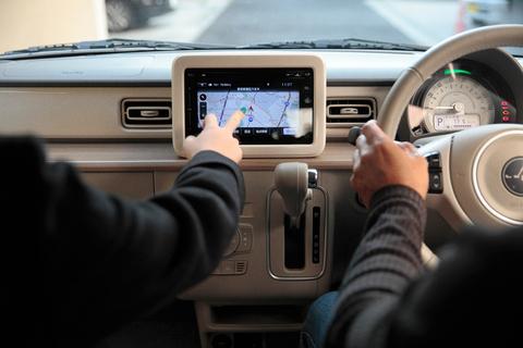 軽自動車には望外の贅沢装備といえるタッチ式のカーナビで目的地を設定する。これぞジャパニーズクオリティ!と胸を張るタカノ。