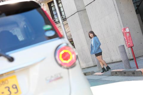 ・・・と、タクシーを待っているかのような仕草の女性がこちらを振り向く。あっ!あの娘は先日とある会社でお会いした美人女子社員の猫童チャンじゃないか!?