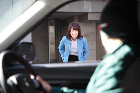 直ぐさま目の前に駆け付け、「お嬢さん、乗って行きませんか?」と冗談めかして誘ってみると、なんと笑顔!(涙)