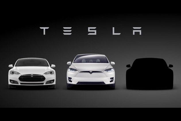 一番右の黒いシルエットがテスラ「モデル3」その全貌はまだ明らかにされていない