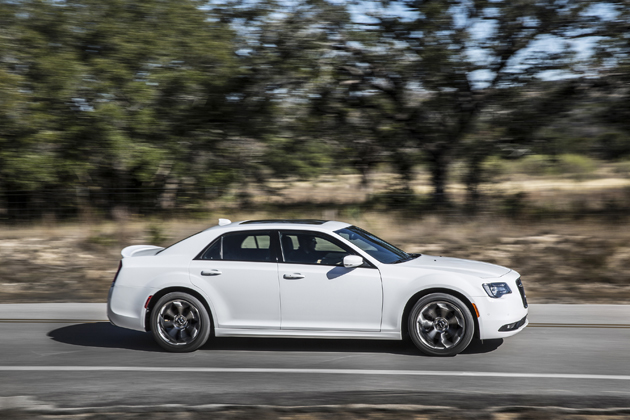 伝統的なアメ車に宿る世界観が味わえるクライスラー 300試乗レポート