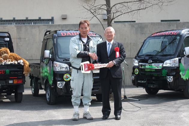 旭山動物園で行われたハイゼットトラック寄贈式典の様子
