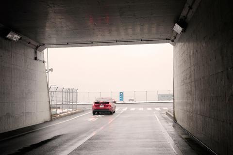 霧も出てきて、コースは灰色に煙っている。