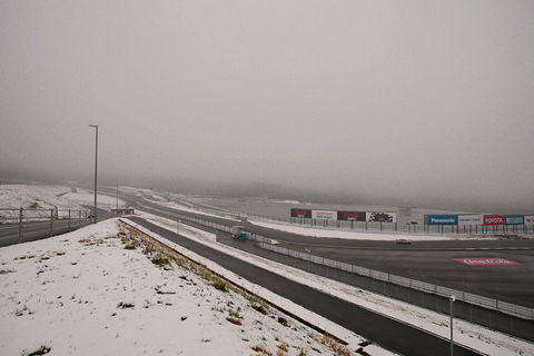 こんな日でも走行会が開かれているのは、さすが富士スピードウェイ。寒空に爆音が響く。