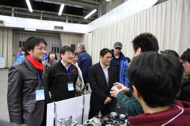 スバル第二世代エンジンについてファンと交流する佐々木礼氏とファシリテーターの山本シンヤ氏