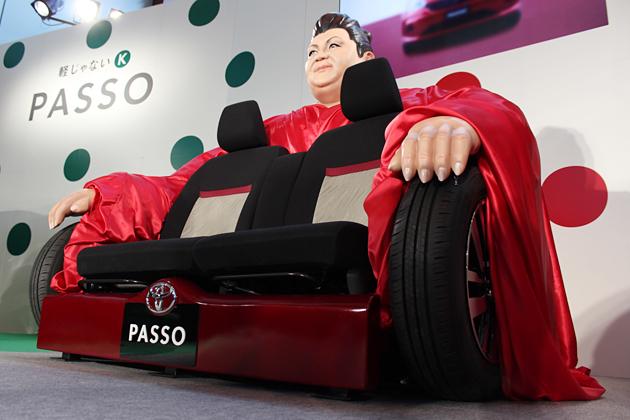新型パッソ PRイベントにてアンベールされた「マツコの椅子」