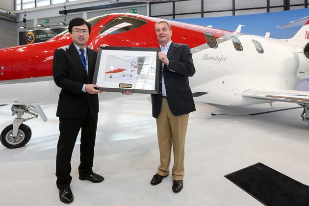 HondaJetの引き渡しを祝うラインランド社シャエスベルク会長とHACI藤野社長