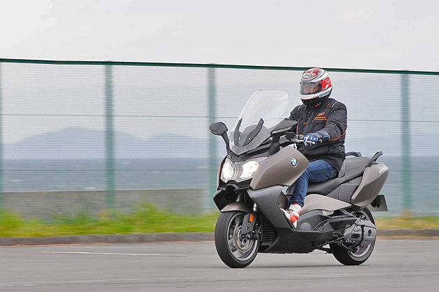 BMW モトラッド定番の水平対向エンジン搭載モデルや大型スクーターをイッキ乗り!