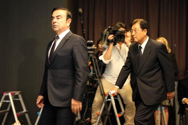 記者会見場に入ってくる、日産ゴーン社長と三菱自の益子会長
