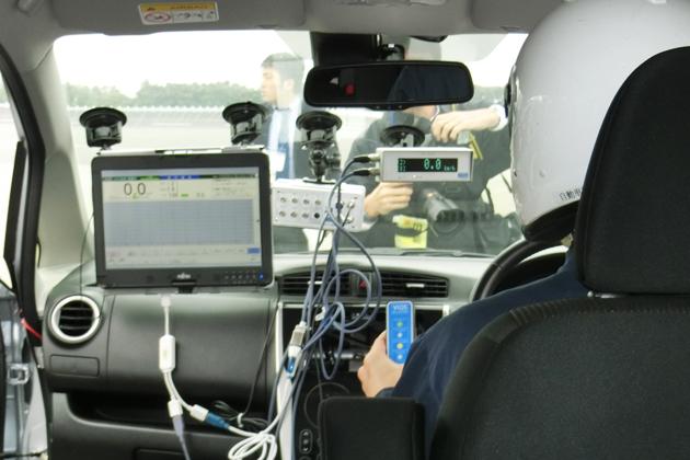 三菱自の燃費不正問題を受け、報道陣向けに交通研の自動車認証審査部が「惰行法」のデモを行った。
