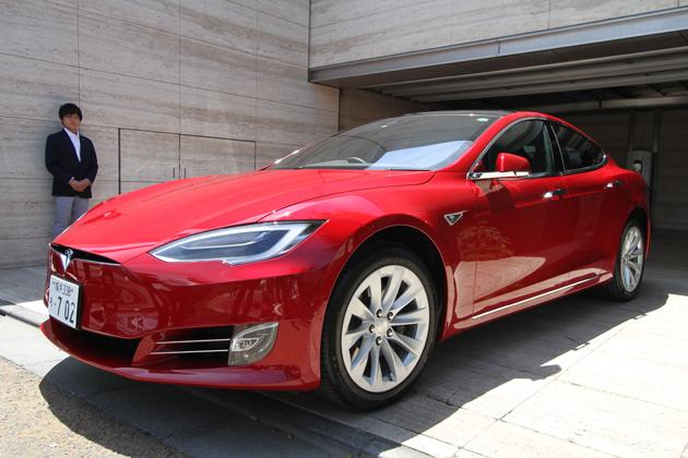 テスラ「モデルS」スマートフォンによるリモート駐車機能