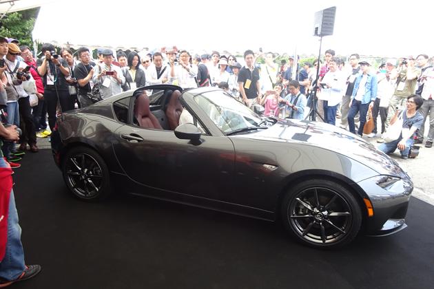 マツダ「ロードスターRF」日本初披露に2千人超のロードスターファンも大興奮!「なぜファストバック?」開発者に質問が飛び交う