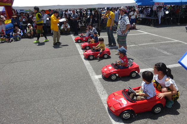 5歳迄の子供達による直線競争「ロードスターペダルカーレース」