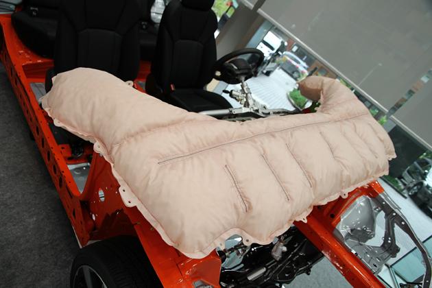 スバル 新型インプレッサに採用されてる歩行者保護エアバッグ