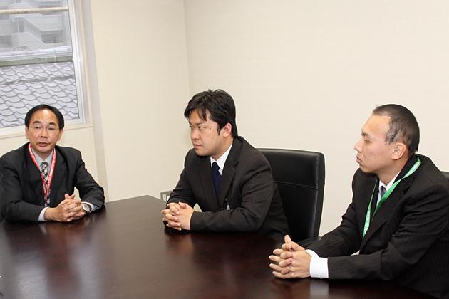 左から松田店長、伊藤さん、阿部さん。