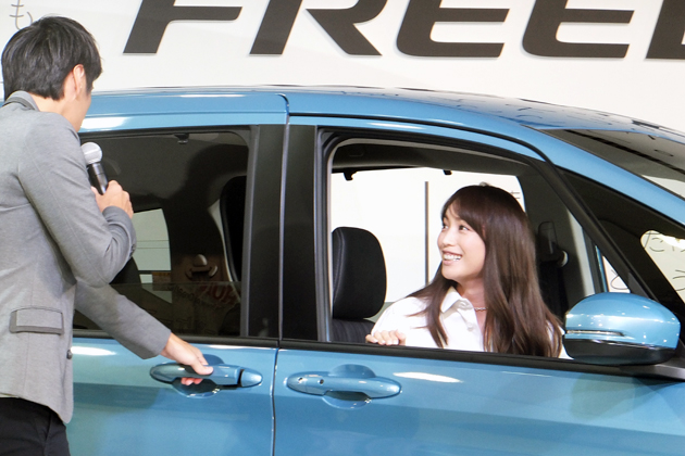 フリードに実際に乗り込んで車内の広さを実感する蛯原友里さんと徳井義実さん