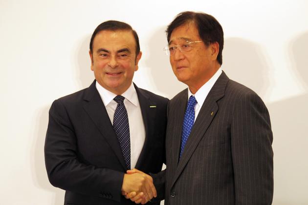 三菱自の取締役会長に選出されたカルロス・ゴーン氏と、三菱自社長の益子修氏