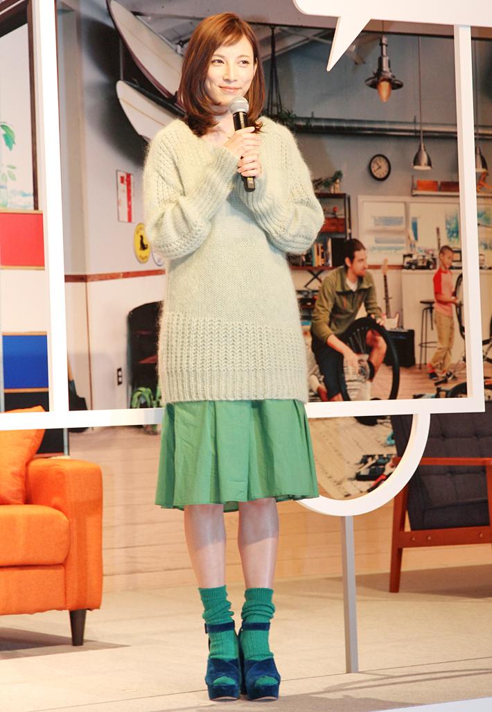 トヨタ ROOMYのCM「くつろぎカップル」篇に出演する、女優の加藤あいさん