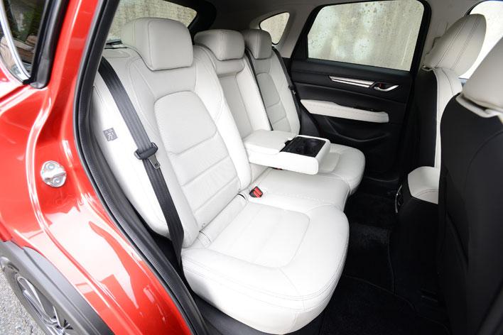 <リアシート(センターアームレスト使用時/マツダ 新型 CX-5 XD L Package[4WD/ボディカラー:ソウルレッドクリスタルメタリック/インテリアカラー:ピュアホワイト(本革)]>