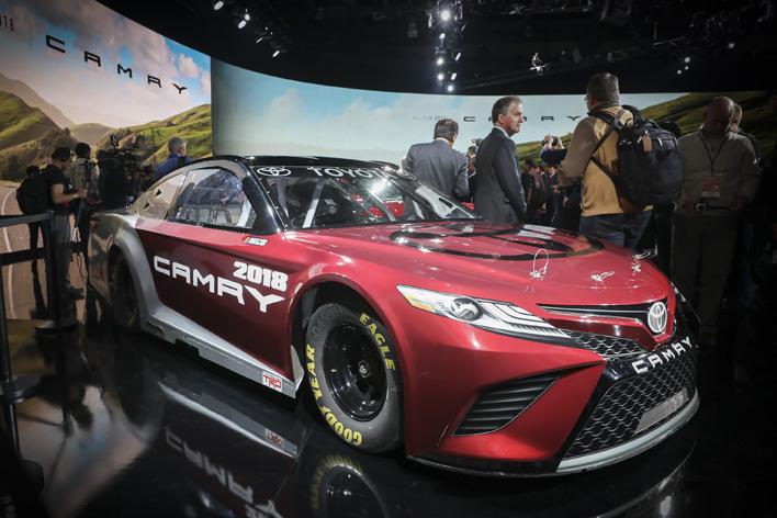 プリウスの1.5倍も売れてる人気車の大変貌に北米が衝撃!新型カムリ日本でも成功なるか