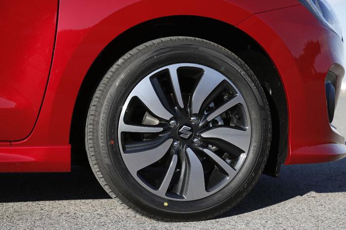 <スズキ 新型スイフト HYBRID RS[1.2マイルドハイブリッド・CVT・2WD/ボディカラー:バーニングレッドパールメタリック]>スズキ 新型スイフト 試乗レポート/渡辺陽一郎