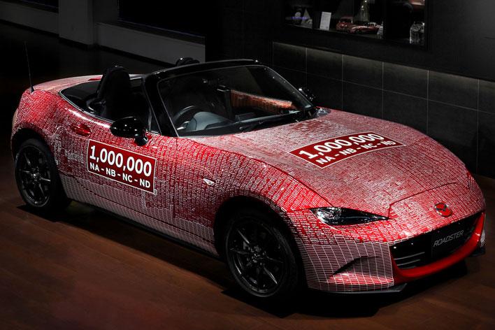 「ロードスター」累計生産100万台達成記念車にサインする様子