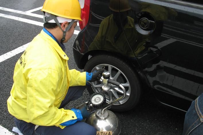 タイヤの空気圧点検の様子