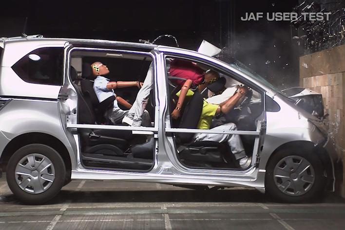 シートベルトを着用していない後席ダミーがシートごと運転席ダミーを押しつぶした