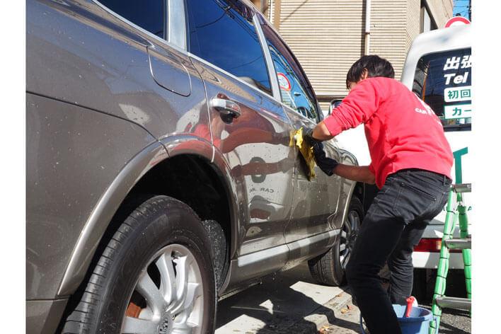 磨き作業前の洗車であらかじめボディの汚れを落としてください