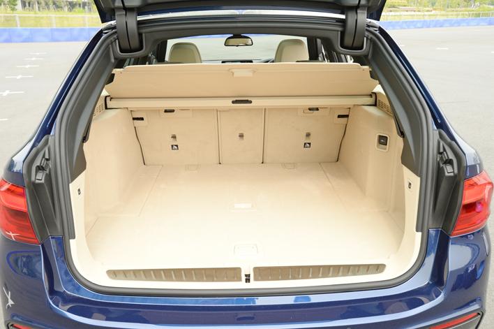 BMW 540i xDriveツーリング Mスポーツ/岡本幸一郎