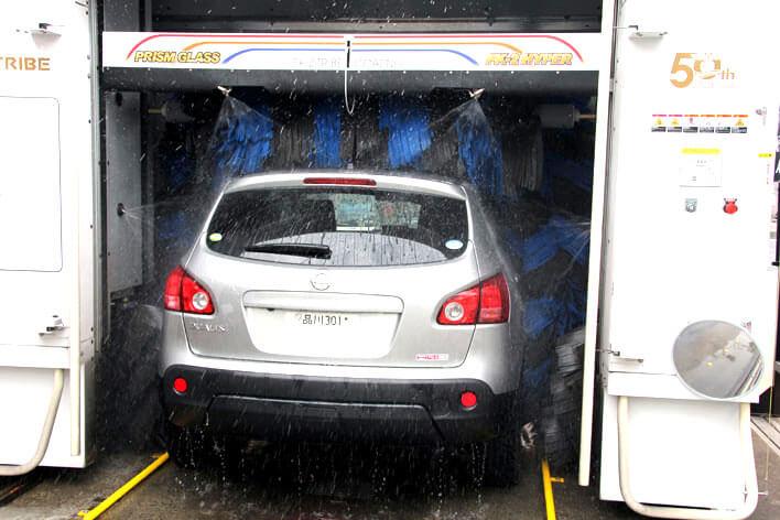 霧状に水を噴射するなど、最新の洗車機は節水性が高められている