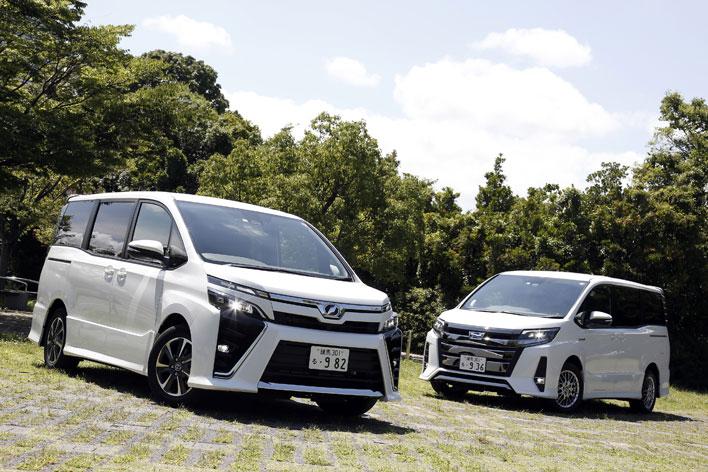 左:トヨタ 新型ヴォクシー(ガソリン) 右:トヨタ 新型ノア(ハイブリッド)